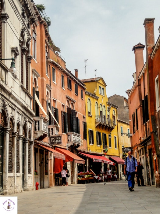 Srolling through Venice main tourist attractions