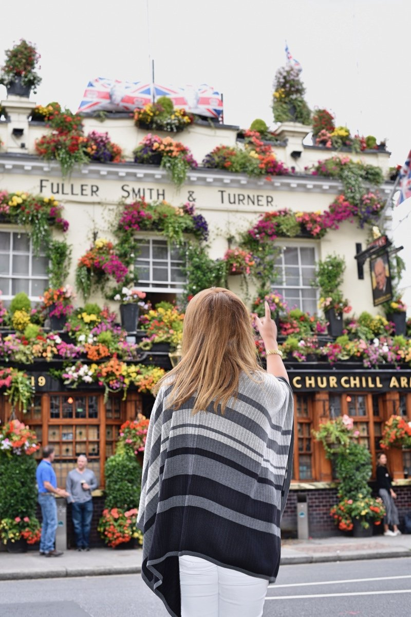 Admiring London´s pretty pubs - picture taken of me by @bearcef (Instagram)